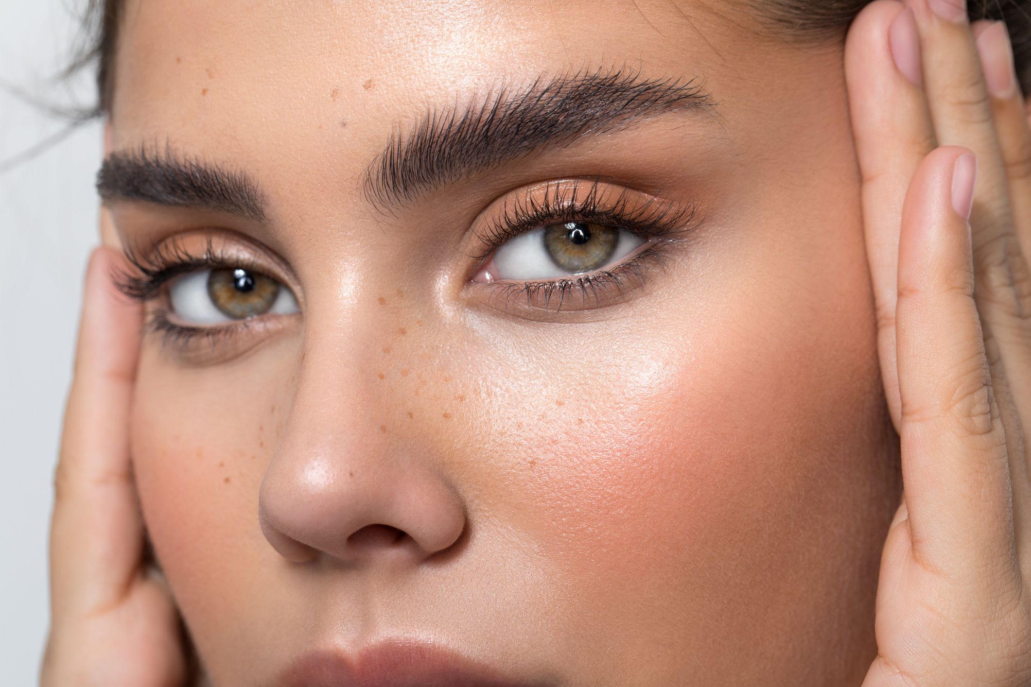 This Is How CBD Cares For Your Brows And Eyelashes